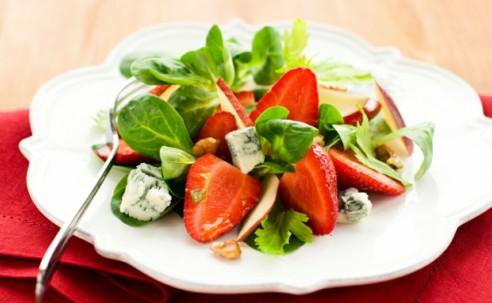 Витаминный салат с фруктами и орехами (250 ккал)